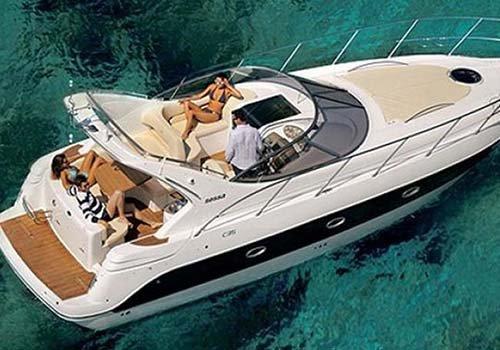 persone su uno yacht