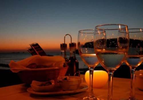 tavolo apparecchiato al tramonto