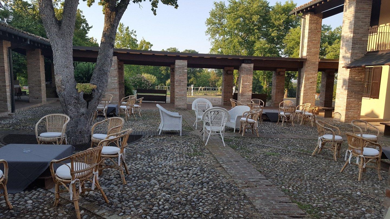 Cortile esterno del ristorante con tavolini e sedie