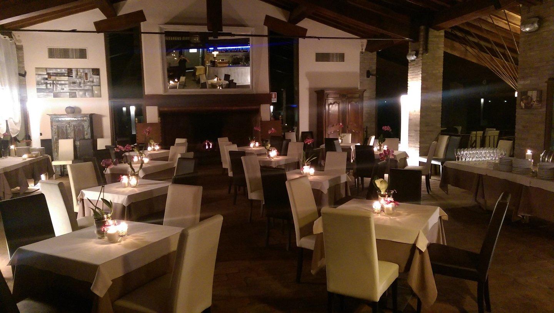Interno del ristorante con tavoli illuminati con candele