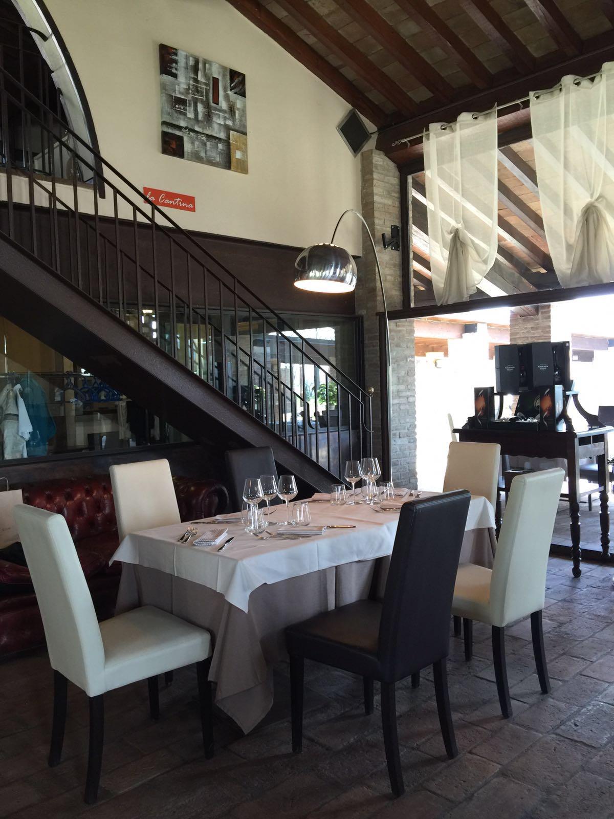 Tavolo interno con scala al secondo piano
