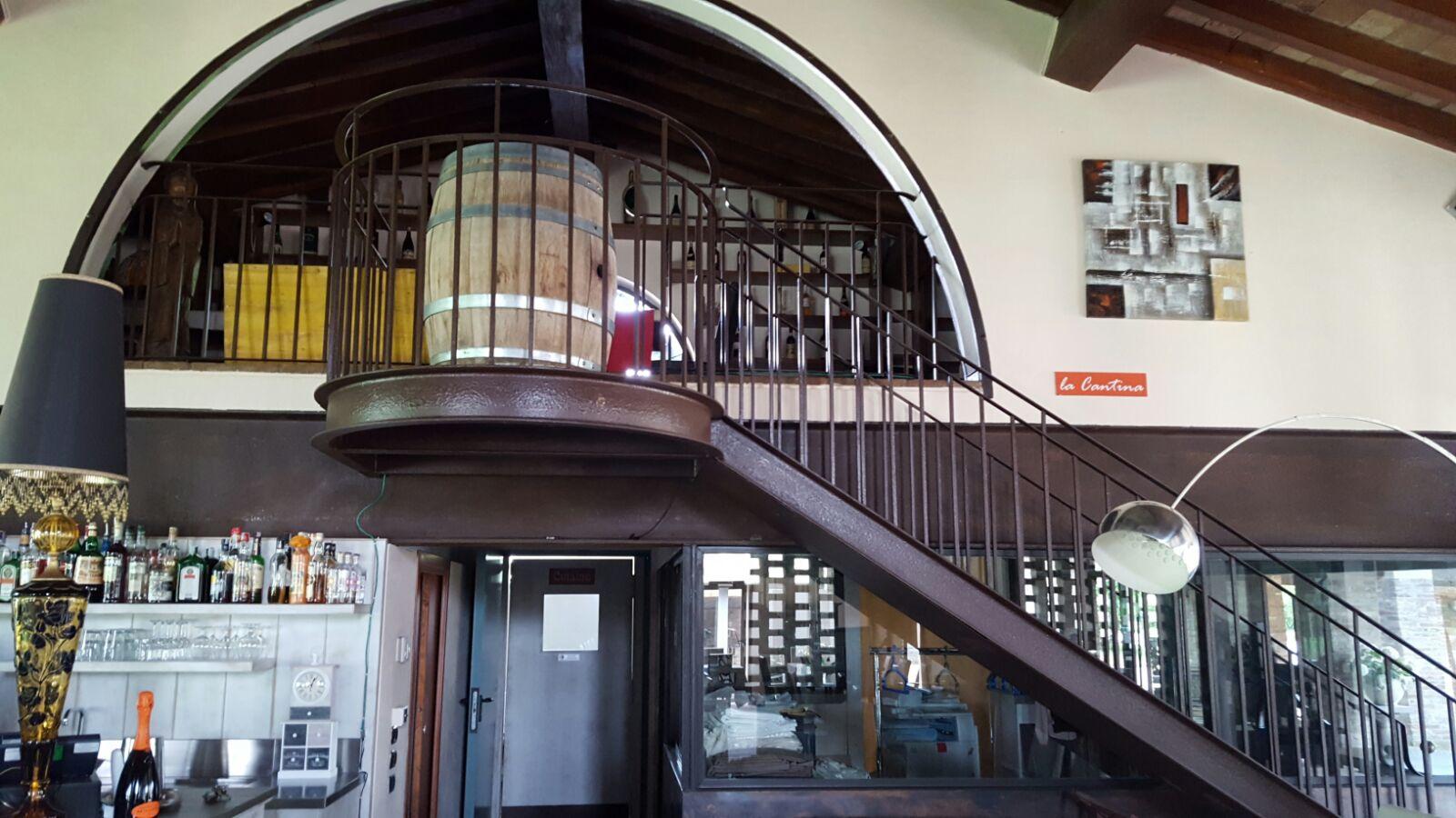 Scala al secondo piano con barile di legno come complemento d'arredo