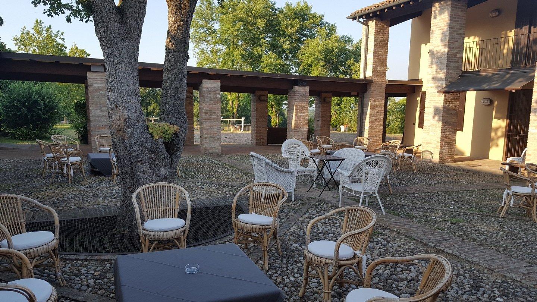 Cortile esterno con sedie e tavolini