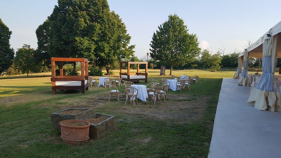 Area verde con tavolini e gazebo