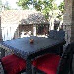 Tavolino nero in balcone