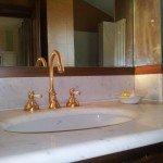 Lavabo in marmo, rubinetto color oro