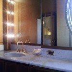 Piano bagno in marmo con specchio