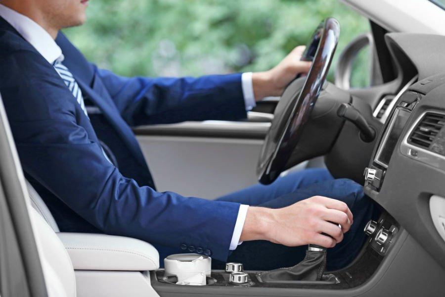 uomo che guida