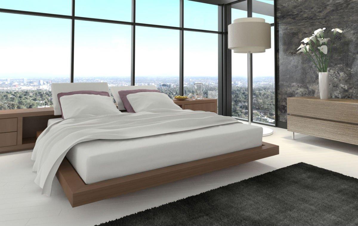 Un letto matrimoniale e una lampada in una camera