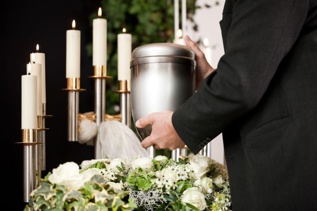 due portachiavi e una targhetta impresa funebre Ceresiani