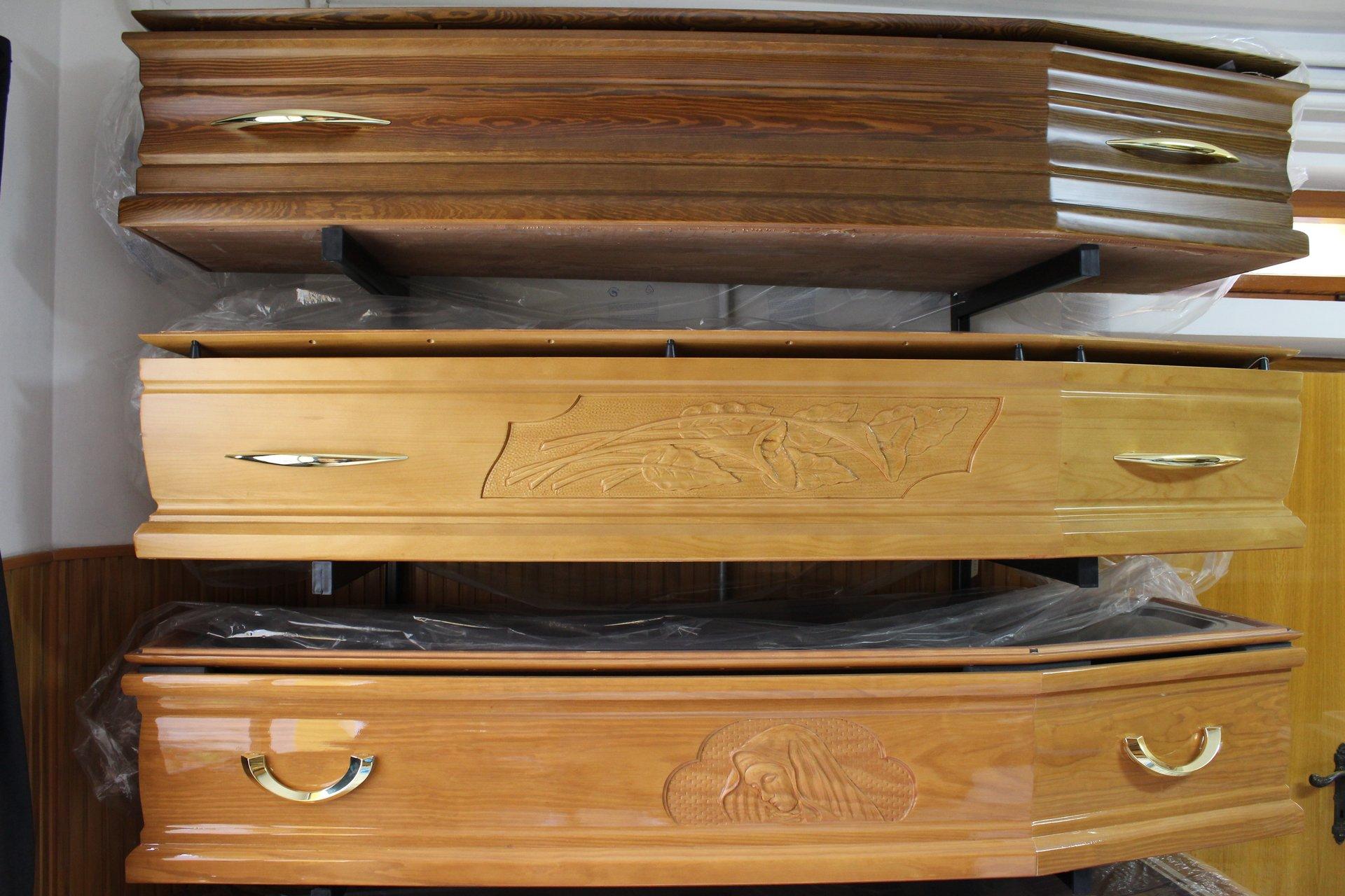 tre bare di legno massiccio