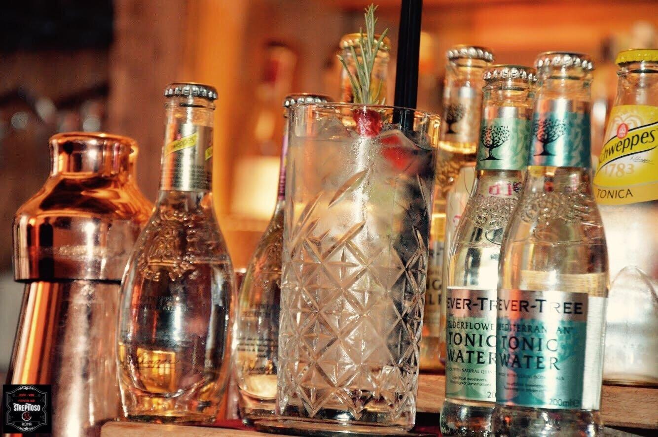 bicchiere e bottiglie