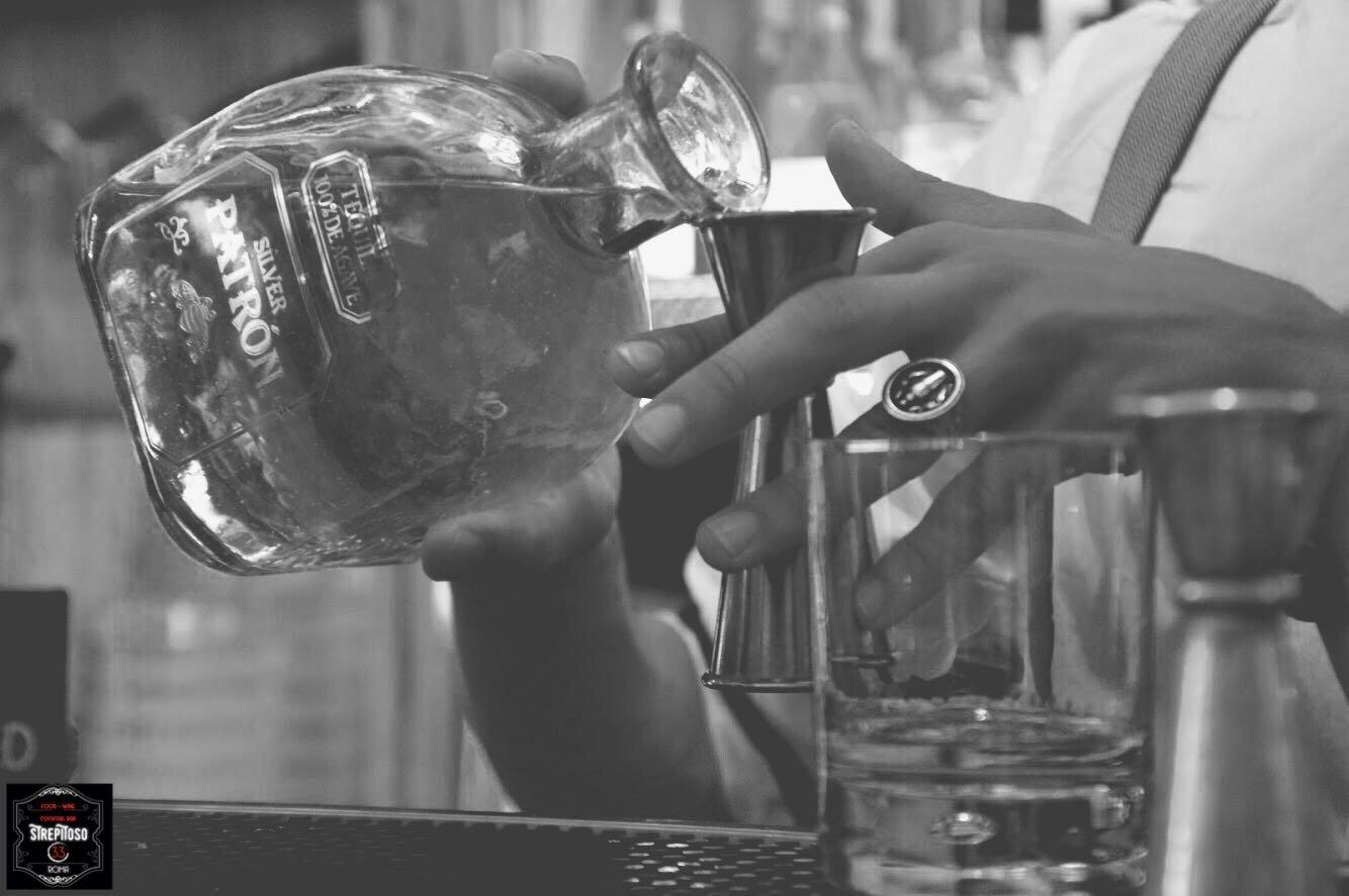 bottiglia di liquore e bicchiere