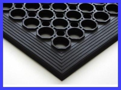 un tappeto nero di gomma