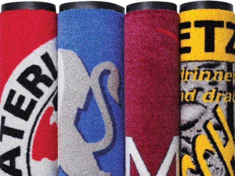 dei tappeti arrotolati di diversi colori con dei disegni