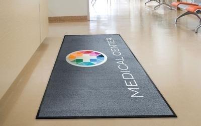 un tappeto grigio con scritto Medical Center