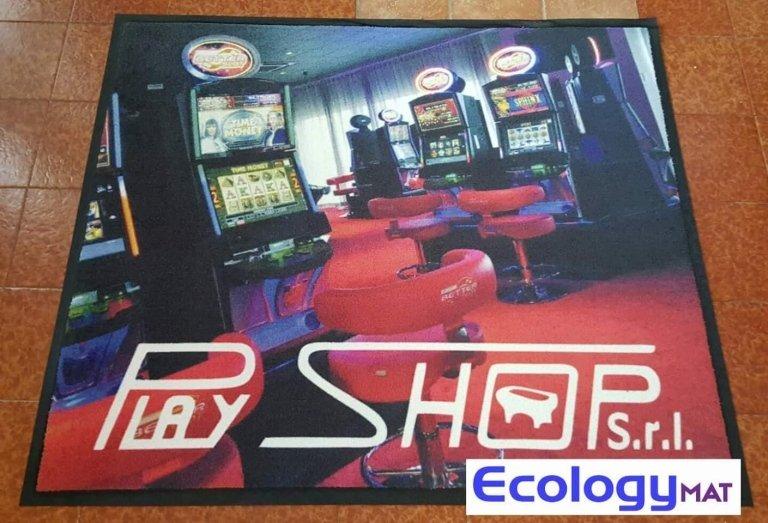 un tappeto raffigurante una sala giochi e la scritta Play shop