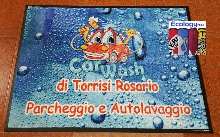 un tappeto con disegno di una macchinina e la scritta car wash