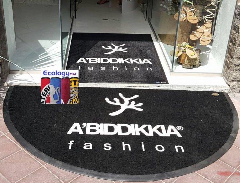 dei tappeti neri con scritto a'biddikkia fashion