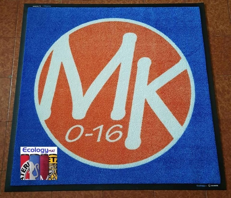 un tappeto blu e arancione con la scritta MK