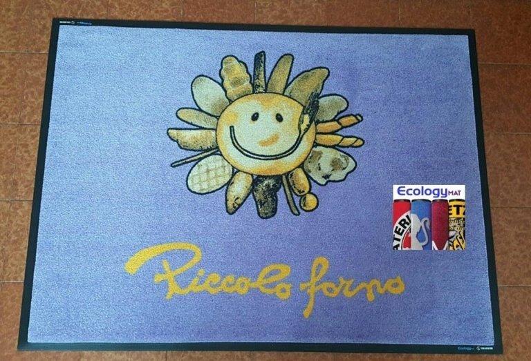 tappeto azzurro con scritto piccolo forno e l'immagine di un sole