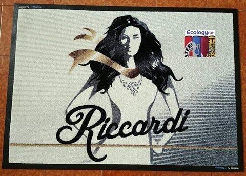 un tappeto raffigurante una donna e la scritta Riccardi