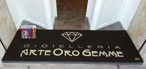 un tappeto nero con un disegno di un diamante e la scritta gioielleria arte oro gemme