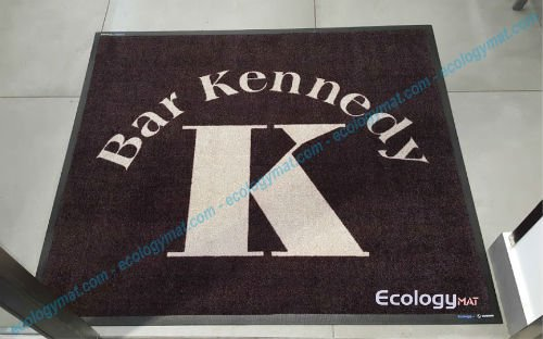 un tappeto nero con scritto Bar Kennedy