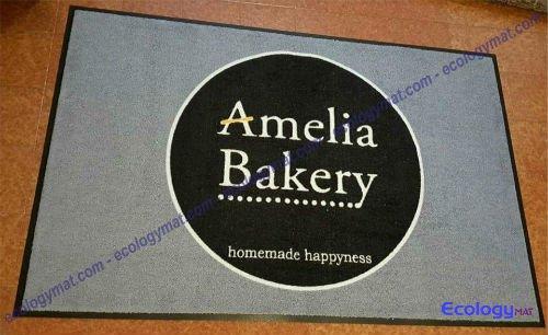 un tappeto grigio con scritto Amelia Bakery
