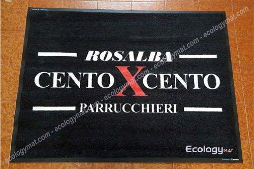 un tappeto con scritto Rosalba cento x cento parrucchieri