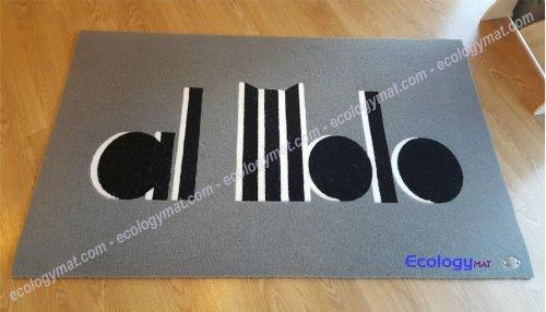 un tappeto grigio con scritto al molo