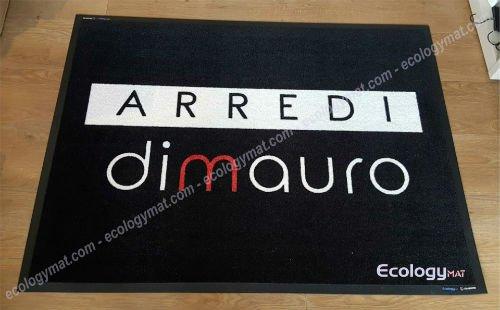 un tappeto nero con scritto arredi Dimauro