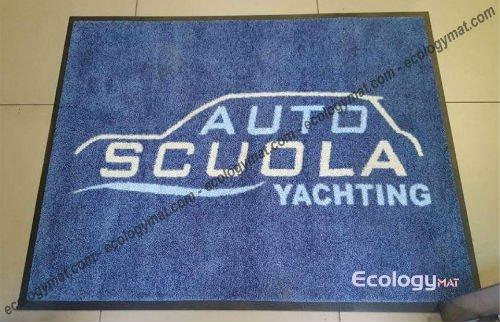 uno zerbino blu con scritto autoscuola Yachting