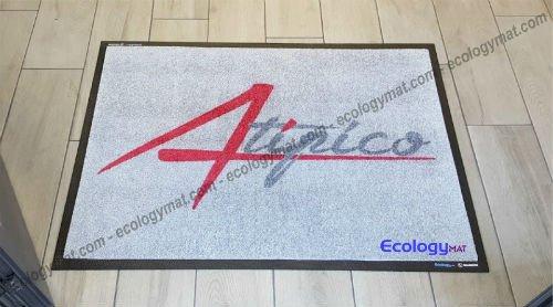 tappeto grigio con scritto atipico