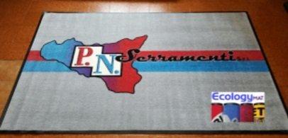 Tappeto personalizzato con marchio P.N. Serramenti