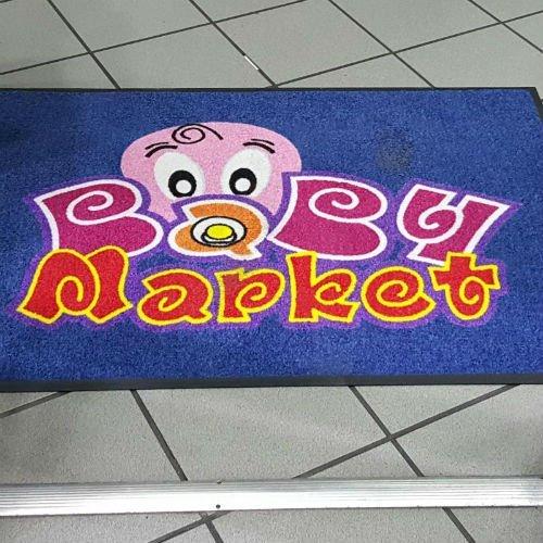 tappeto blu con scritto Baby market