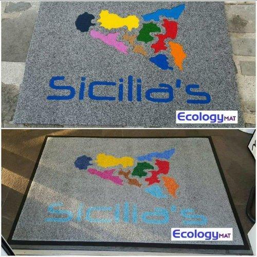 tappeti grigi raffiguranti la Sicilia e la scritta Sicilia's