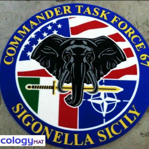 un tappeto raffigurante una testa di un elefante e la scritta Commander task force 67 Sigonella Sicily