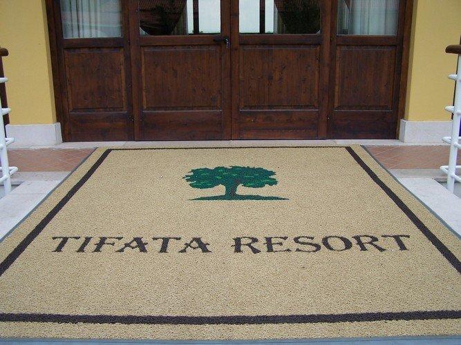 Tappeto personalizzato con marchio Tifata Resort