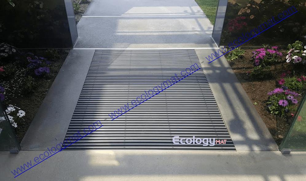 Tappeto in alluminio di fronte ad ingresso