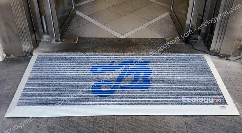 Tappeto in alluminio con marchio impresso