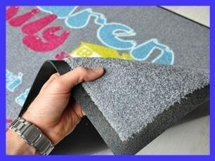 una mano che tira su l'angolo di un tappeto