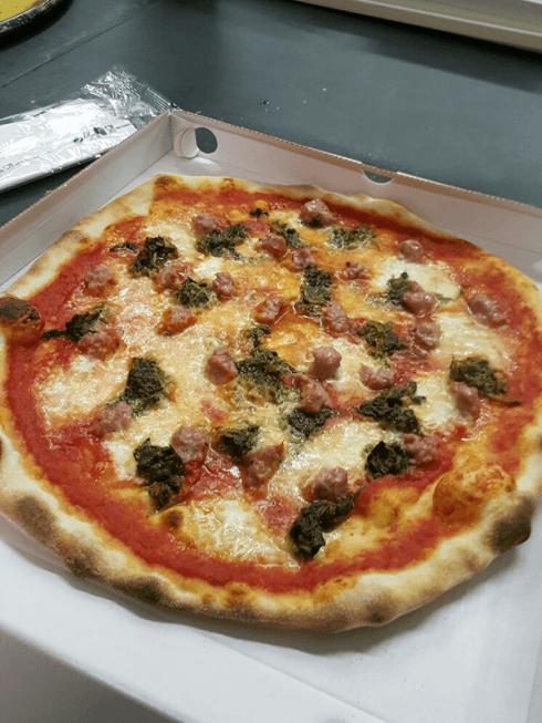 Non perdetevi la fantastica pizza salsiccia e friarielli.