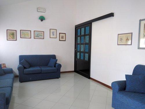 Sala d'aspetto con divani blu