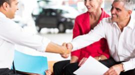 carrozziere e cliente che si stringono la mani, compagna del cliente che sorride, preventivo cartaceo