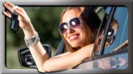 ragazza con chiavi auto in mano, ragazza che spunta da finestrino auto, ragazza bionda con occhiali da sole