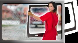 ragazza che trasporta un parabrezza, ragazza in tuta da lavoro rossa, vetro auto crepato