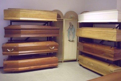 Presso la sede potrete trovare una scelta ampia di casse funebri in legno pregiato e rifinite con cura.