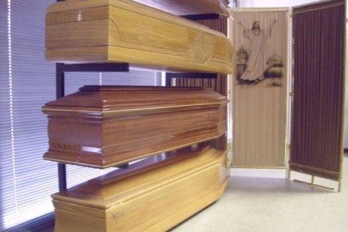 Tutte le casse funebri proposte sono lavorate e rifinite con cura, realizzate in legno pregiato e trattato.