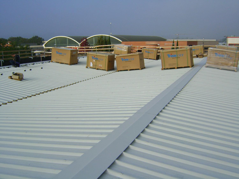 dei bancali con degli scatoloni su un tetto
